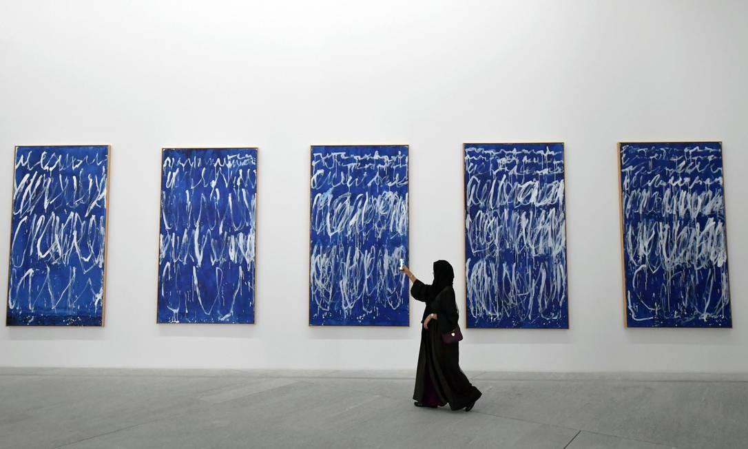 """Visitante registra parte da série de nove painéis """"Untitled I-IX"""", do artista americanoCy Twombly Foto: GIUSEPPE CACACE / AFP"""