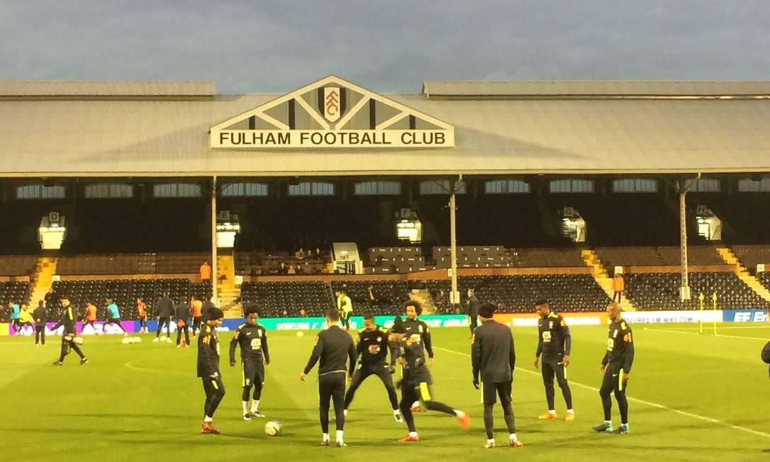 Jogadores da seleção treinam no estádio do Fulham Foto: Fernando Eichenberg/Agência O Globo
