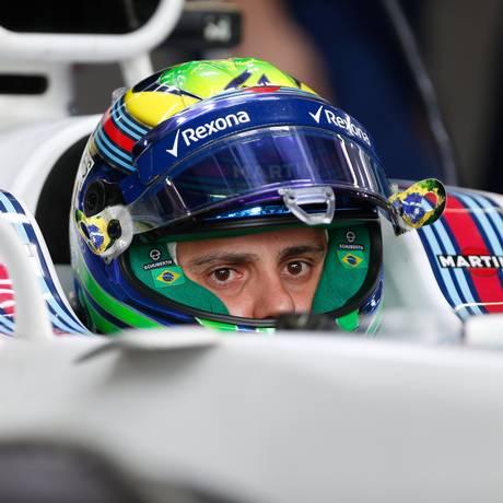 Felipe Massa aguarda nos boxes da Williams durante o treino de classificação em Interlagos Foto: Marcos Alves / Agência O Globo