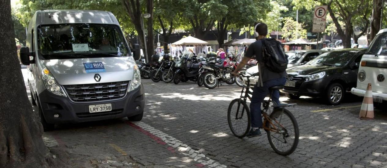 Obstáculo oficial. Van da prefeitura estaciona no meio da ciclofaixa do Largo do Machado, que está malconservada, com buracos e a pintura desbotada Foto: Márcia Foletto / Agência O Globo