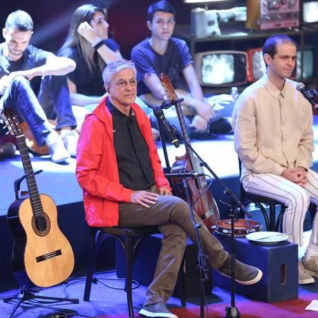 Caetano e Moreno Veloso no palco do 'Altas horas' Foto: Reprodução