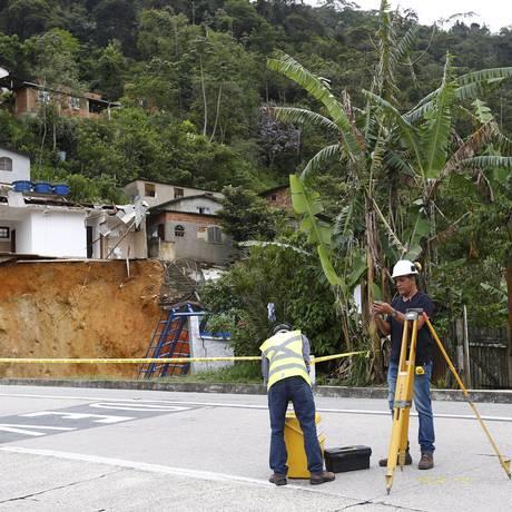 Defesa Civil ainda monitora cratera que abriu à margens da BR-40, na Serra de Petrópolis Foto: Pablo Jacob / Agência O Globo