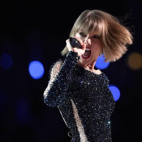 A cantora americana Taylor Swift durante a apresentação da 58 cerimônia do Grammy Foto: KEVORK DJANSEZIAN / AFP