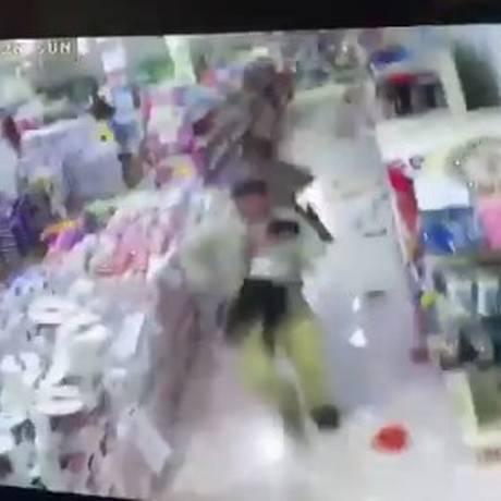 Homem corre para fora de supermercado com criança no colo Foto: Reprodução/Twitter