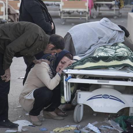 Iranianos lamentam a morte de um ente querido após um terremoto de 7,3 graus na escala Richter em Sarpol-e Zahab na província de Kermanshah, no Irã Foto: FARZAD MENATI / AFP