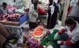 Vítimas recebem tratamento médico após terremoto em Sarpol-e Zahab; socorristas enfrentam dificuldades para chegar a áreas remotas afetadas por abalo