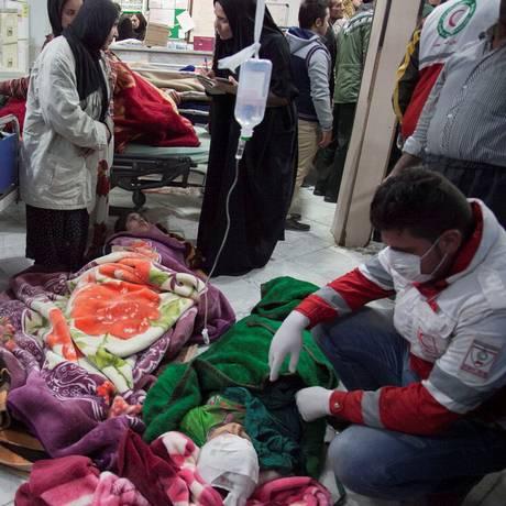 Vítimas recebem tratamento médico após terremoto em Sarpol-e Zahab; socorristas enfrentam dificuldades para chegar a áreas remotas afetadas por abalo Foto: TASNIM NEWS AGENCY / REUTERS