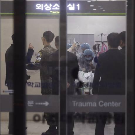 Médicos tratam desertor norte-coreano em hospital em Suwon, na Coreia do Sul Foto: Hong Ki-won / AP