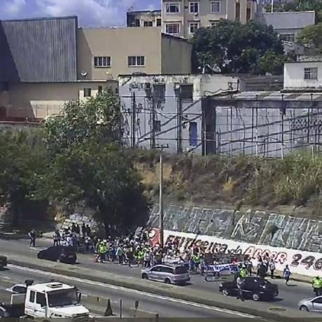 Manifestantes na Avenida Brasil Foto: Reprodução/Centro de Operações