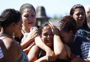 Parentes de Marcelo da Silva Vaz se desesperam no enterro em 12/11/2017 Foto: Pablo Jacob / Agência O Globo