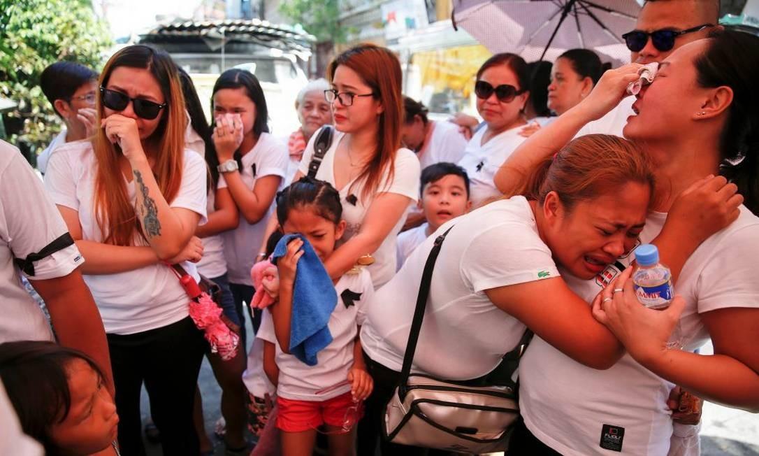 Parentes de homem morto em operação da polícia contra traficantes e usuários de drogas choram durante funeral em Manila Foto: Reuters