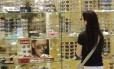 Cautela. Consumidores continuam a pesquisar muito antes de comprar. Foto: Gustavo Azeredo/Agência O Globo