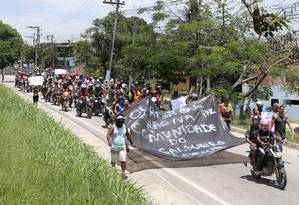 Após manifestação, grupo de motociclistas volta para a comunidade do Salgueiro Foto: Guilherme Pinto / Agência O Globo