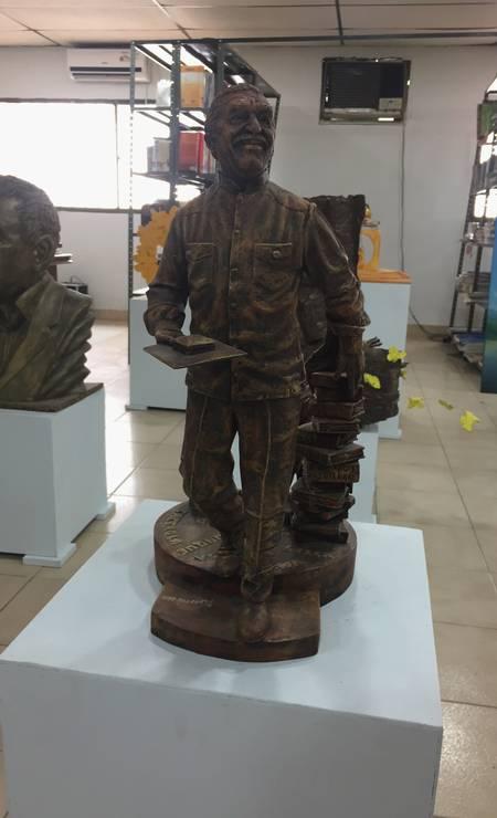 Estátuas de García Márquez estão expostas na pequena biblioteca municipal de Aracataca Foto: Breno Salvador/O GLOBO