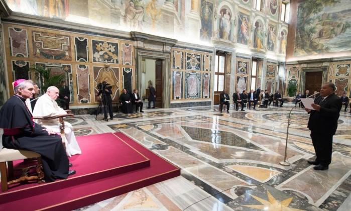 Papa Francisco ganha Lamborghini e decide leiloá-lo