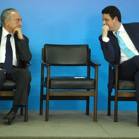 O ministro das Cidades, Bruno Araújo, ao lado do presidente Michel Temer, na cerimônia de entrega do cartão-reforma Foto: Jorge William/Agência O Globo