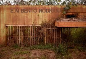 Tragédia. Vista dos restos da escola de Bento Rodrigues, arruinada por inundações após o rompimento da barragem da Samarco, em Minas Gerais Foto: DOUGLAS MAGNO / AFP