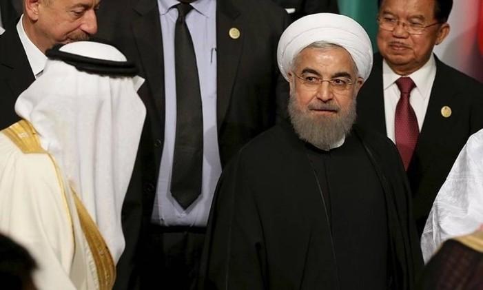 O rei Salman, da Arábia Saudita, passa de lado pelo presidente iraniano, Hassan Rouhani, durante cúpula em Istambul Foto: Reuters