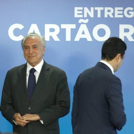 Presidente Michel Temer e o ex-ministro das Cidades, Bruno Araújo (de costas) Foto: Jorge William / Agência O Globo