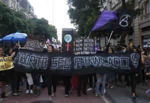 Passeata de mulheres na Cinelândia, contra a nova lei do aborto Foto: Domingos Peixoto / Agência O Globo