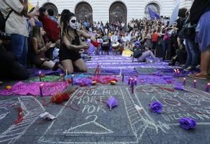 Diversas mulheres protestaram no Rio contra a PEC que proíbe abordo em caso de estupro Foto: Domingos Peixoto / Domingos Peixoto