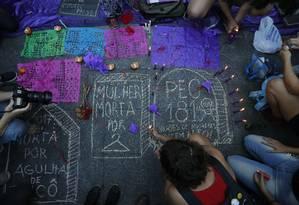 Velas simbolizavam mulheres que morrem por abortos clandestinos Foto: Domingos Peixoto / Domingos Peixoto