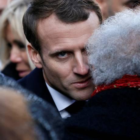 Macron consola parentes de vítimas dos atentados de Paris de 2015, no segundo aniversário do massacre perpetrado pelo Estado Islâmico Foto: POOL / REUTERS