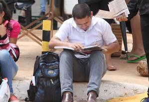 Estudante revisa conteúdo antes de prova do Enem em Brasília Foto: Givaldo Barbosa / Agência O Globo/12-11-2017