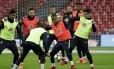 Coutinho tenta desarmar Douglas Costa no treino em Wembley