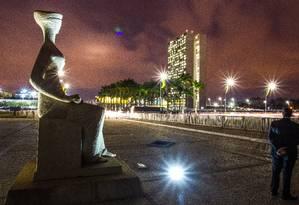 Escultura A Justiça, que fica em frente ao Supremo Tribunal Federal, com o Congresso ao fundo: mesmo em crise econômica, 15 pedidos de órgãos como STJ e TSE teriam impacto de mais de meio bilhão de reais no orçamento Foto: André Coelho/9-9-2015