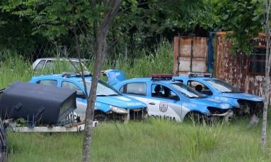 Abandonadas. Viaturas sem peças no Batalhão de Policiamento em Vias Expressas da PM Foto: Fabiano Rocha / Agência O Globo