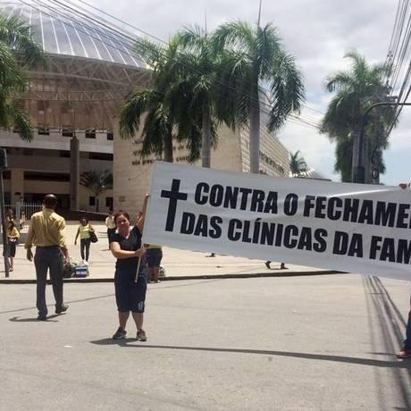 Caos na saúde. Funcionários de uma clínica da família em Del Castilho protestam contra a falta de medicamentos e os atrasos de pagamento dos salários: funcionamento parcial Foto: Fotos de leitores