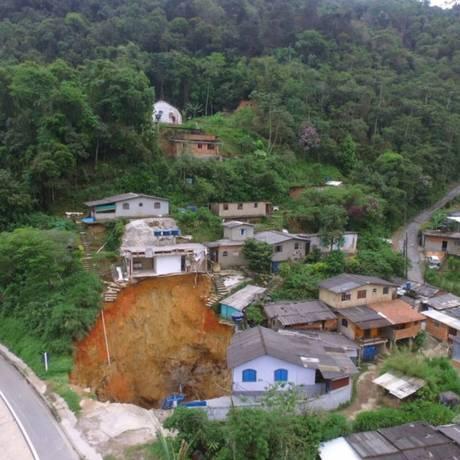 Cratera às margens da BR-040. Imagem de 07-11-2017 Foto: Marcello Santos / Agência O Globo