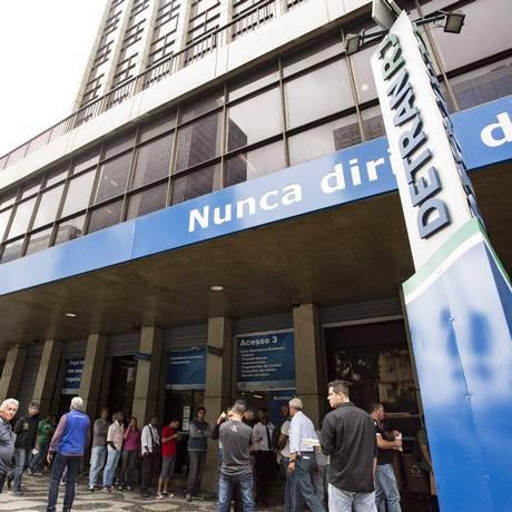 A fila para antendimento na sede do Detran, na Avenida Presidente Vargas, no Centro do Rio Foto: Ana Branco - 06/11/2017 / Agência O Globo