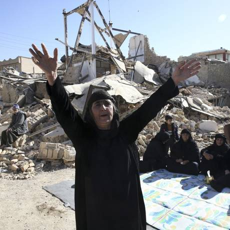 Mulher de luto após terremoto que devastou vilarejos do Irã; desafio após operações de resgate é abrigar milhares de sobreviventes Foto: Vahid Salemi / AP