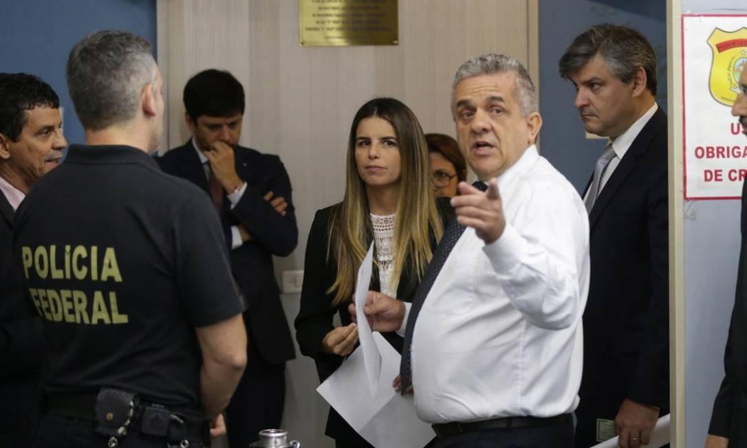 Delegada da PF conversa com secretário-geral da Mesa Diretora da Alerj Foto: Márcio Alves/Agência O Globo