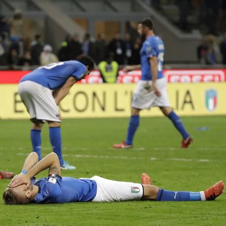 Jogadores lamentam a eliminação italiana Foto: Luca Bruno / AP