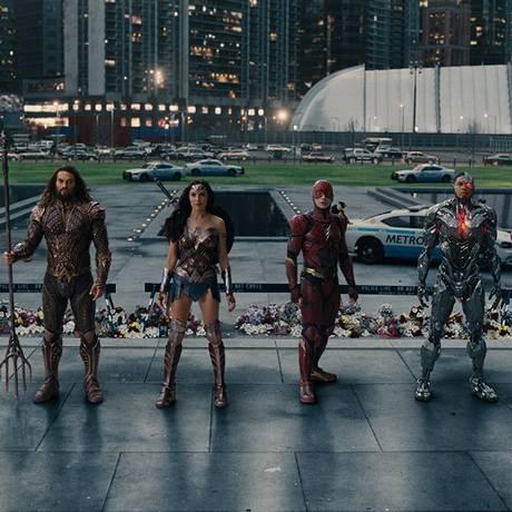 Jason Momoa (Aquaman), Gal Gadot (Mulher-maravilha), Ezra Miller (Flash) e Ray Fisher (Cyborg) em cena de 'Liga da Justiça' Foto: Divulgação
