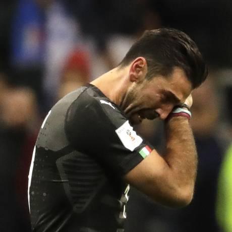 Buffon deixou o San Siro em lágrimas Foto: Luca Bruno / AP