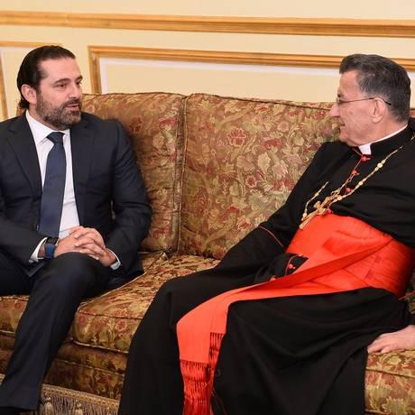 Hariri recebe o patriarca maronita do Líbano, Bechara al-Rahi, em Riad: premier promete voltar ao país, mas sua família ficará na Arábia Saudita, o que reforça informações de que está sendo ameaçado Foto: HO / AFP