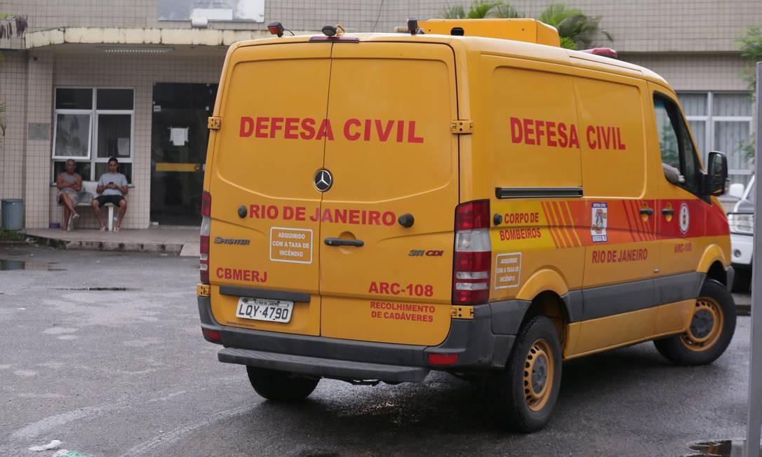 Carro da Defesa Civil que levou corpos de mortos no Salgueiro para o Instituto Médico-Legal Foto: Cléber Júnior em 11/11/2017 / Agência O Globo