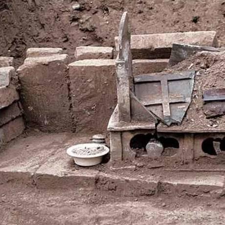 Restos humanos cremados foram encontrados dentro de caixa de cerâmica; uma inscrição encontrada nas proximidades diz que eles foram enterrados em 22 de junho de 1013 e pertencem ao Buda Foto: Divulgação/Chinese Cultural Relics