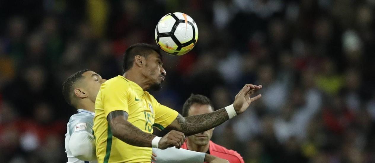 Paulinho disputa a bola com o inglês Livermore Foto: Matt Dunham / AP