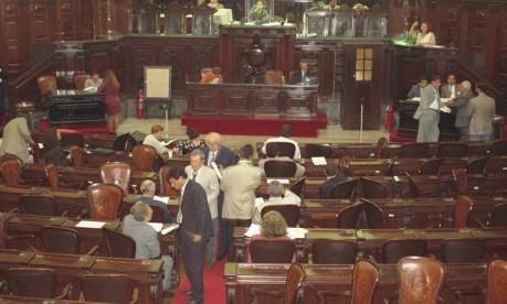 """Vazio. Plenário da Assembleia Legislativa: por 49 votos a 16, a """"CPI da caixinha dos ônibus"""" foi rejeitada em 1999, e parlamentares distribuíram pizza na Alerj, então presidida por Cabral (condenado na Lava-Jato) e com o primeiro-secretário Jorge Picciani, agora alvo da Operação Cadeia Velha Foto: Ricardo Leoni 20/04/1999 / http://acervo.oglobo.globo.com/em-destaque/com-cabral-frente-da-alerj-picciani-cpi-dos-onibus-abortada-em-1999-22068611"""