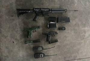 No alto, o fuzil ArmaLite apreendido pela polícia no Complexo do Salgueiro, em São Gonçalo Foto: Divulgação / PCERJ