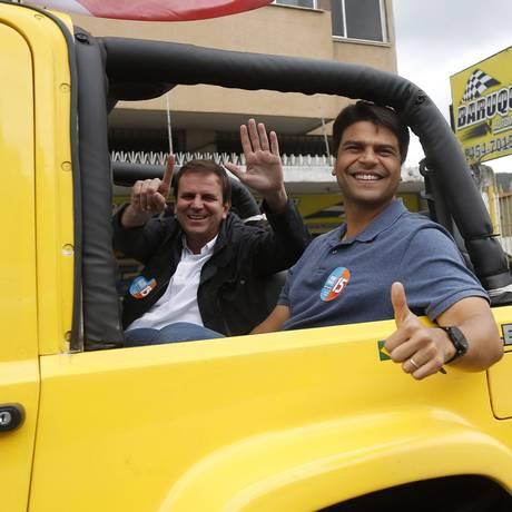 Pedro Paulo e Eduardo Paes andaram em carro aberto no dia da eleição Foto: Marcelo Carnaval/Agência O Globo/02-10-2016