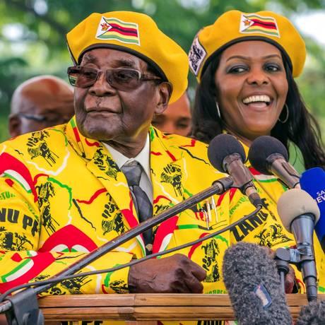 Mugabe e Grace: presidente quer perpetuação da família no poder Foto: JEKESAI NJIKIZANA / AFP