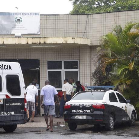 Parentes dos homens mortos no Complexo do Salgueiro chegam ao IML de São Gonçalo. Familiares acusam policiais pelos disparos Foto: Fábio Guimarães / Agência O Globo