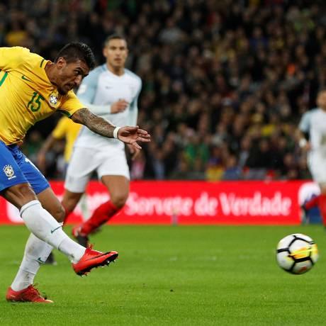 Paulinho o chute no empate entre Brasil e Inglaterra Foto: DARREN STAPLES / REUTERS