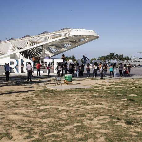 Recomeço. Visitantes aproveitam praça em frente ao Museu do Amanhã: Porto Novo voltará a fazer a manutenção Foto: Guito Moreto / Agência O Globo